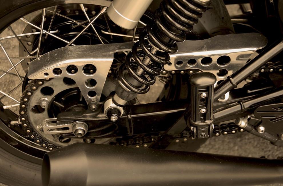 Aftermarket moto Protège chaîne inox avec polissage.